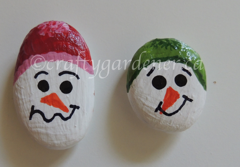 how to paint snowman rocks at craftygardener.ca