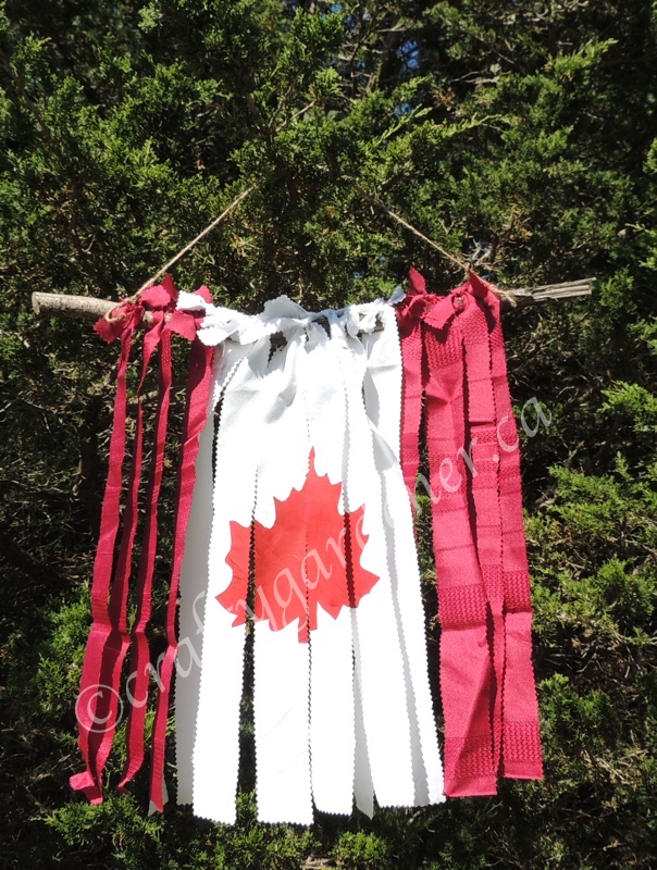 making a Canada flag out of material strips at craftygardener.ca